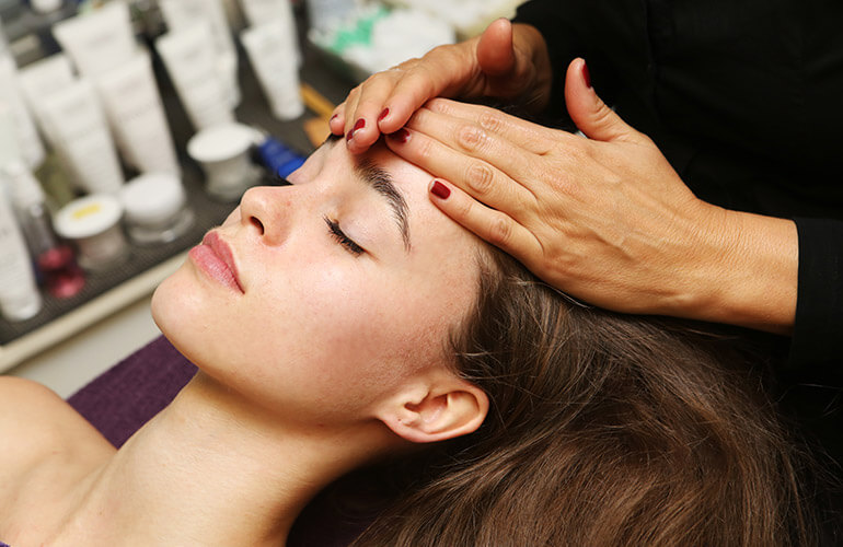 Afbeelding van een gezichtsbehandeling bij Salon Mirjam